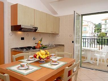 ferienhaus pietra ligure ferienwohnungen oleandro mit pool. Black Bedroom Furniture Sets. Home Design Ideas