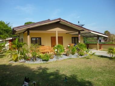ferienhaus rayong ban phe bungalow am golf von thailand. Black Bedroom Furniture Sets. Home Design Ideas