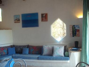 Bilder ferienhaus baja sardinia italien villa arielle for Couch vor fenster