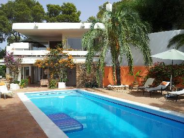 Haus, Pool Von Garten Umfasst